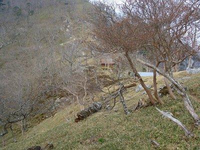 深仙ノ宿に到着。避難小屋は手前の薄青い屋根のほう