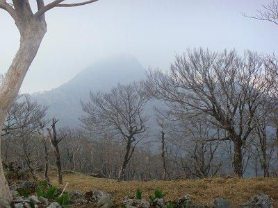 振り返ると釈迦ヶ岳がガスってきた
