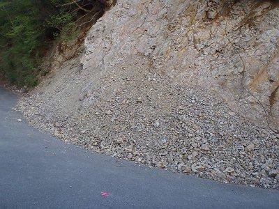 以前、崩壊していた道路は修復されていました