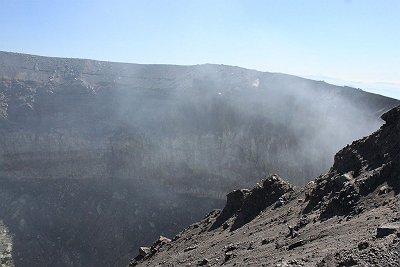 活火山の火口なんて始めてだが迫力あるというかなんというか、煙がやばそう・・・