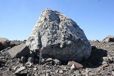 お鉢の一番高いところあたりに「浅間山山頂」の立て札発見。こんなところにあるとは・・・どうりで見つけられない人もいるわけだ