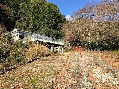 この家のところを直進すると廃線跡のスタート地点