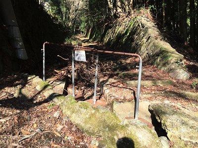 ここから廃線跡。立入り禁止とあるが、自己責任とのこと