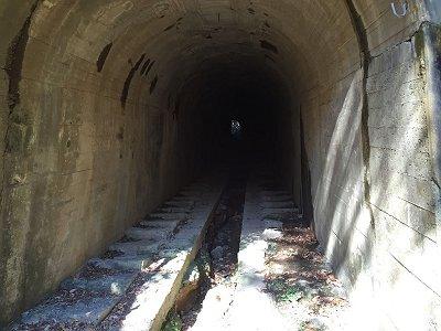 トンネル内はこんな感じだが、短いのでヘッドライトはいらない