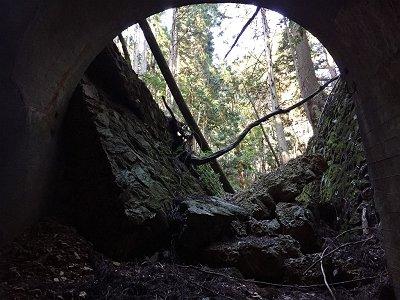 一号トンネルの出口。両サイドが崩れていた