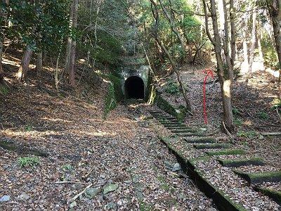三号トンネル。崩壊して通行不可なので右に巻く