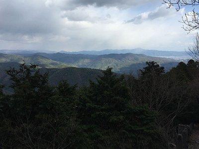 ふとみると東側の展望がひらけていて比叡山などが見えた