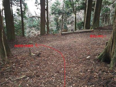 表登山道にでてきました。愛宕山神社には用がないのでさっさと左で下る