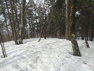 ここが下山時のピークでテープが目印。ここでザックをデポして薊岳をピークハントする