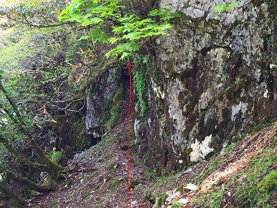 岩の間から登れそうなところを見つけたので登ってみることにした