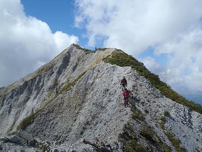 下山時剣ヶ峰と稜線を振り返る。細尾根の下りは滑りそうで怖いがこれもストックあるとかなり安定した