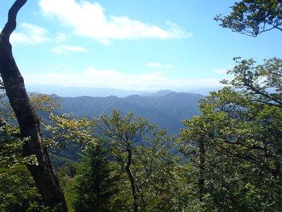 明神岳山頂の尾根からは大峰山脈が見えた