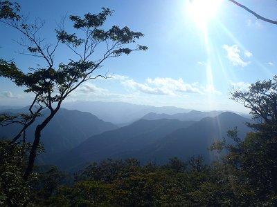 下山途中、陽の向きが西になり、大峰山脈が立体的に見えるように。このウジャウジャッとした山々を望むが好き。大普賢岳がよくわかる