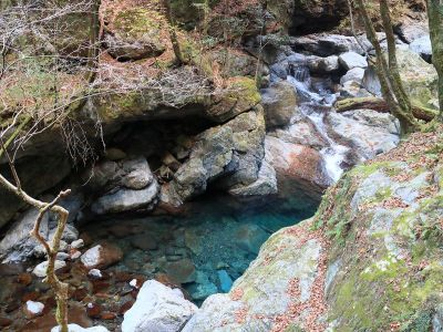 沢の水が綺麗。大峰ブルーとまでいかないけど青いね