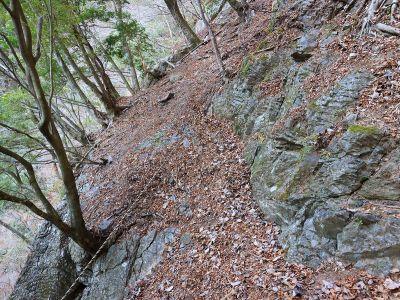 高滝の巻き道は結構デンジャーなトラバースとかある。ピストンはしたくないね