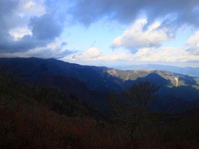 霧降山からの展望。台高山脈が見えてるのかな!?見えてるとしたら明神岳とかあの付近かな