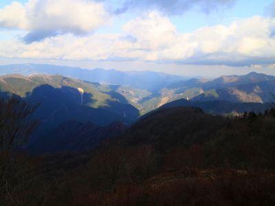 霧降山から北東方面の景色。集落みたいなのが見えるけど何が見えてるのかよくわからないけど方角的に三峰山とか見えてるのかな!?