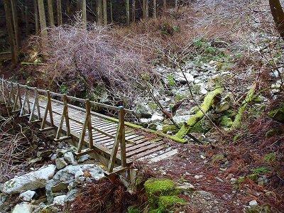この橋を渡ると穏かでだらだらした登りトラバースがはじまる