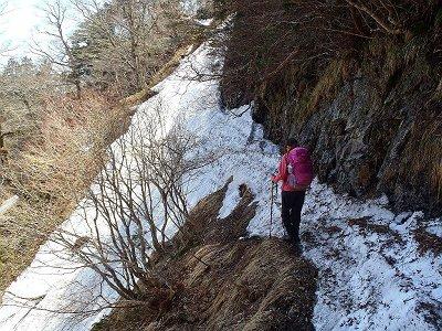 キレット手前でかなり危険なトラバース地点。これ落ちたらタダではすまない。100mほどだが慎重にわたった。S嬢もかなりビビリまくり