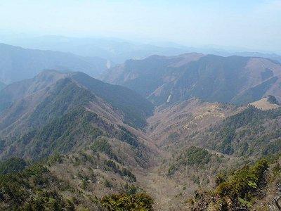 山頂のとなり(北側)にあるピークから展望の良いところ発見