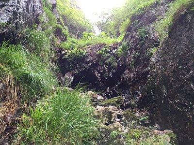 難関ではないが、ちょっとした岩場があり、ここは右から登ると登りやすい
