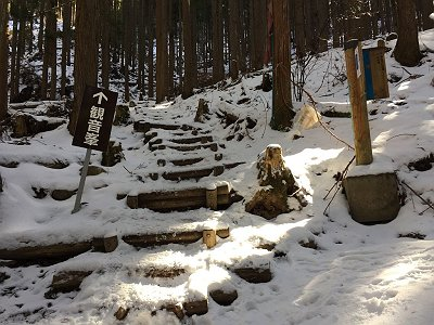 登山道に入ると積雪