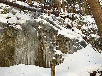 冬季は登山道途中に氷爆も見ることができる