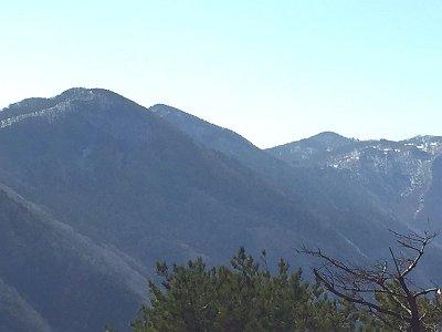 ここから国見山を経て、明神平の小屋が見えた。遠いなぁ~