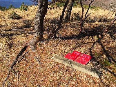 赤ゾレ(1300m)に到着。看板はもはやどっか飛んでいったようだ