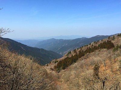 さあ、下山します。今日は大阪方面は霞んでいて、金剛山や葛城山は見えず。あまり好ましくない道なので小走りで下ることに