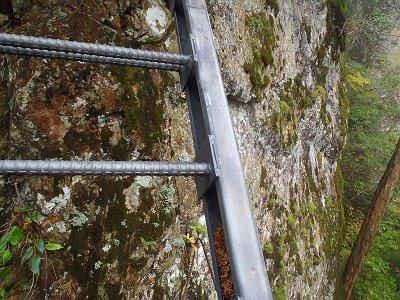絶壁にかかる梯子
