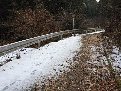 林道はところどころ雪があります