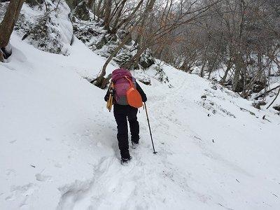 積雪時はトラバースでも結構な急斜面で滑落注意