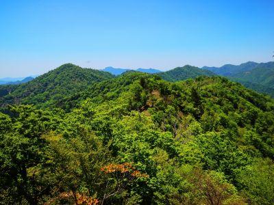 般若岳のピークから少し下りた岩場の上から今まで歩いてきたところを撮影