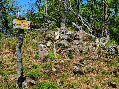 地蔵岳(1464m)に到着。最後の目的地は天狗の稽古場なのでさっさと向かうことにした