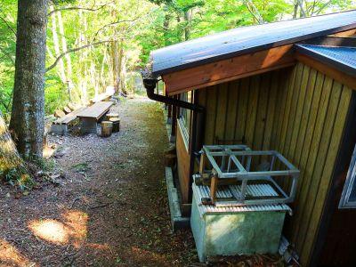 阿須迦利岳から長い下りを経て持経の宿の小屋まで下りてきた。ここからまた長い林道が始まる