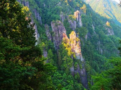 車で池郷林道の途中にあった石ヤ塔というところで岩を撮影してみた。すっごい迫力ある岩だった