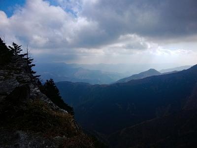 伯母谷覗に戻るとちょっと青空が出てた。右手に飛び出た山の麓に小屋が見える。おそらく和佐又山とヒュッテかな!?