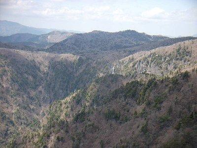 山肌から二つの滝が見えます