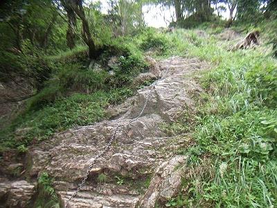 ところどころ岩があります。雨上がりだったので滑りやすかったです