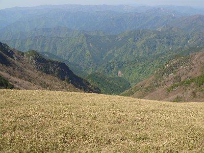 日本鼻より谷と山々を望む