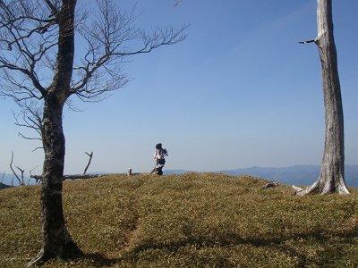 下山時振り返り三津河落山とS嬢が絵になっていた