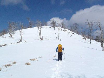 息切れしながらもがんばってくれている登山好人さん。簡単に登れるピークでも雪が重く深ければかなりしんどかった