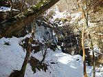 急登を登ったところに氷柱群あり。この時期だけどこれはこれで綺麗。右下に虹も見られた