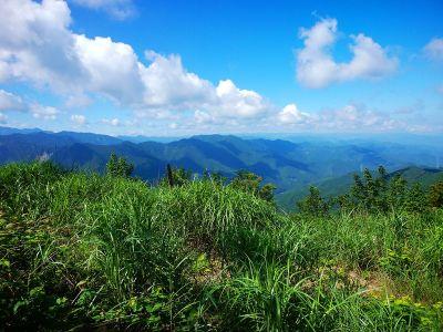 四寸岩山の山頂からは山々が見える展望が広がる