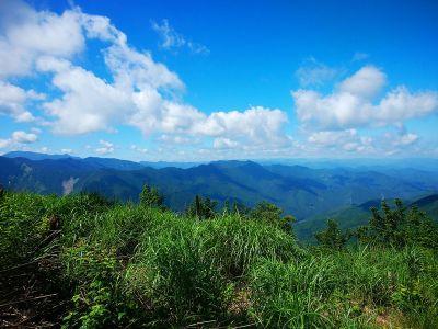 もう一度、四寸岩山の山頂から展望を望む。それにしてもいい天気だ
