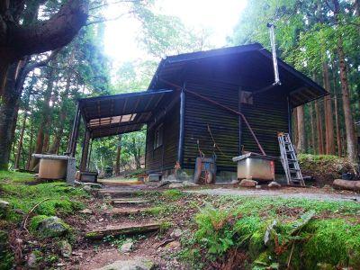 百丁茶屋に到着。ここの小屋は解放していて使えそうなので、ここで下山時に昼食をとることにした