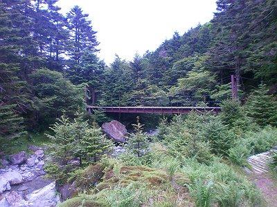 狼平手前の吊橋