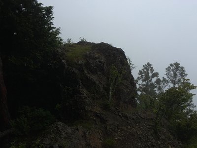 お立ち台になる展望岩に到着。<br>ガスっててなぁ~んも見えないけど、OKOK