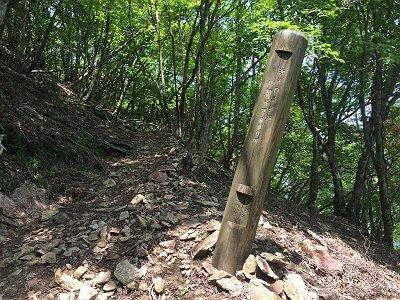山頂まであと300m。300mごとに20分くらいかかってると思われる